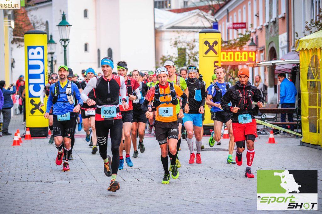 Läufer beim Start des Wienerwald Ultra Trail